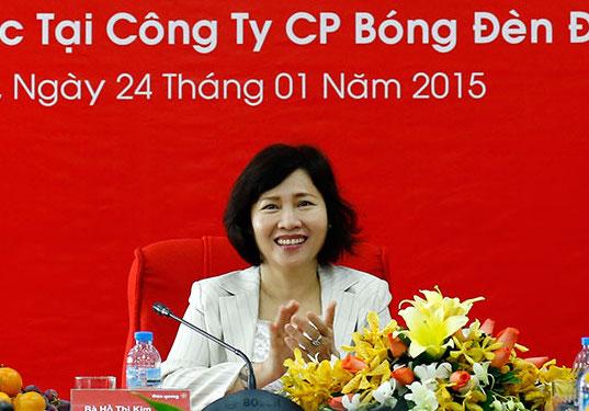 Sau khi bà Hồ Thị Kim Thoa rời Điện Quang để làm Thứ trưởng Bộ Công Thương, bà vẫn còn cổ phần tại Điện Quang và nhiều người thân nắm giữ các chức vụ chủ chốt tại công ty này.