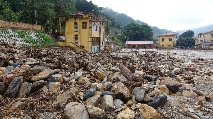 Sân vận động thị trấn Mù Cang Chải chìm trong bùn đất.