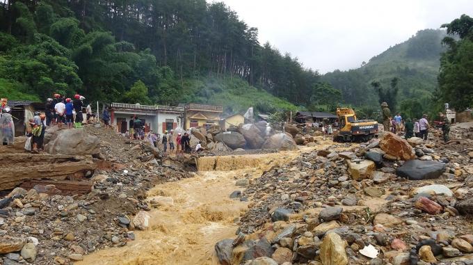Theo phóng viên Tiến Vũ thì vào chiều 4/8, dòng nước vẫn còn chảy xiết và mạnh, nước đục ngầu...