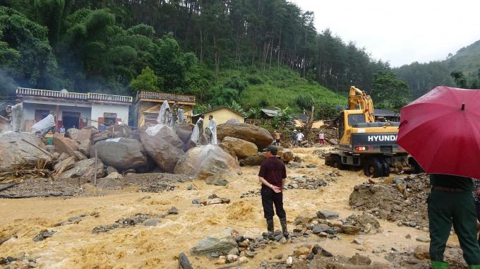 Chính quyền địa phương huy động hàng chục máy xúc hoạt động suốt ngày đêm để phá đá và dọn dẹp bùn đất.