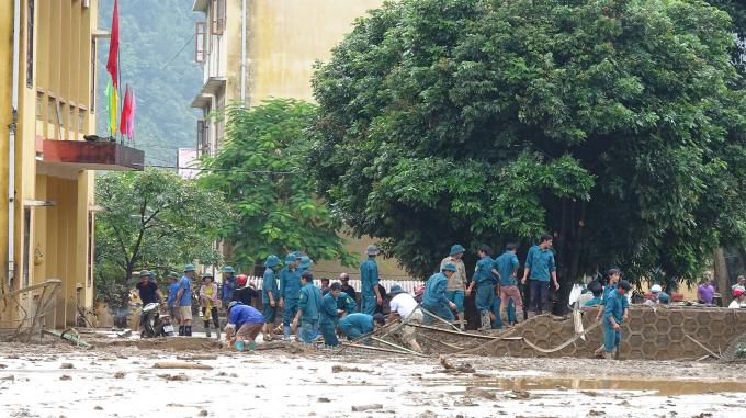Sáng nay, 4/8, hàng trăm người bao gồm lực lượng bộ đội dân phòng, lực lượng cứu hộ cứu nạn, người dân đang nỗ lực khắc phục hậu quả sau cơn lũ và tiếp tục tìm kiếm các nạn nhân bị mất tích.