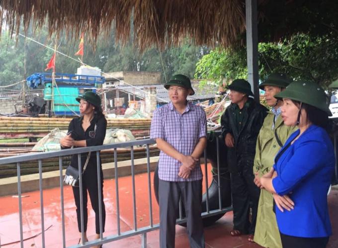 Phó CT Lê Thị Thìn (áo xanh) triển khai công tác chống bão tại Sầm Sơn.