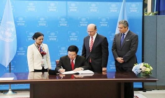 Phó thủ tướng, Bộ trưởng Ngoại giao Phạm Bình Minh ký Hiệp ước cấm Vũ khí hạt nhân tại Trụ sở LHQ ở New York, Mỹ ngày 22/9. Ảnh: TTXVN