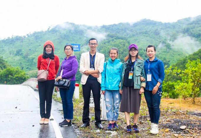 Đoàn thiện nguyện chụp ảnh lưu niệm