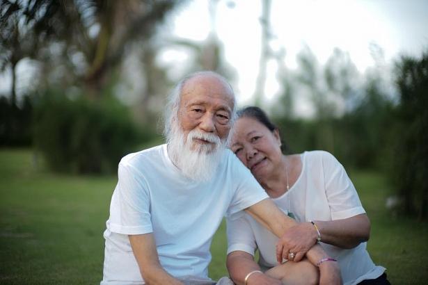 PGS Văn Như Cương - người thầy giáo suốt đời tận tâm với sự nghiệp giáo dục trong phút thảnh thơi bên người vợ. (Ảnh: Gia đình cung cấp)