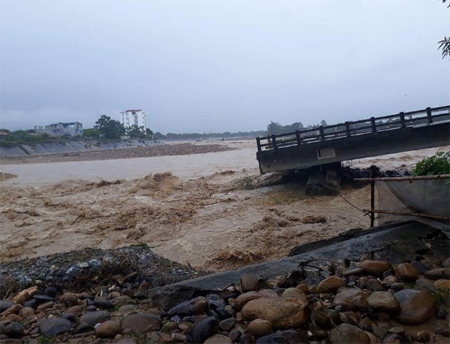 Cầu Thia trên sông Thia ở thị xã Nghĩa Lộ, tỉnh Yên Bái bất ngờ sập do nước lũ. (Ảnh: báo Yên Bái)