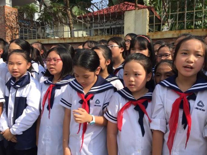 Linh cữu thầy Văn Như Cương về đến trường Lương Thế Vinh, hàng trăm học sinh trong trường đội nắng hát vang bài hát