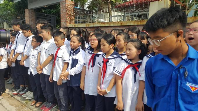 Nhiều em học sinh bật khóc nức nở dõi theo chiếc xe chở linh cữu thầy Văn Như Cương.