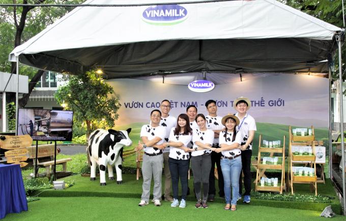 Sự thân thiện, nhiệt tình và chuyên nghiệp của những anh chị nhân viên Vinamilk phụ trách gian hàng đã đem lại những ấn tượng đẹp đối với các bạn sinh viên.
