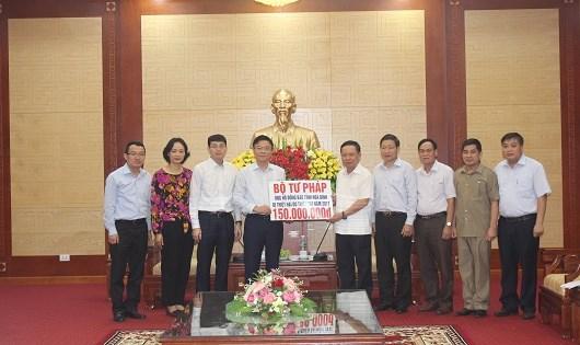 Bộ trưởng Lê Thành Long trao số tiền 150 triệu đồng ủng hộ nhân dân tỉnh Hòa Bình.