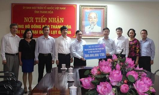 Bộ trưởng Lê Thành Long trao số tiền 300 triệu đồng ủng hộ nhân dân tỉnh Thanh Hóa.