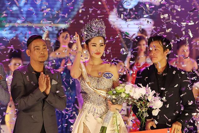 NTK Võ Việt Chung - Trưởng BTC Hoa hậu Đại Dương trao vương miện cho Lê Âu Ngân Anh trong giây phút đăng quang. Ảnh: TL.