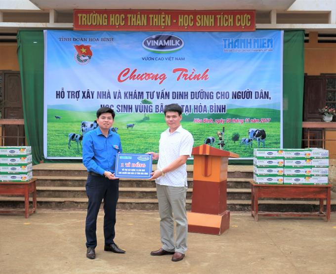 Ông Phạm Tuyên – Giám đốc Kinh doanh miền Bắc Công ty Cổ phần Sữa Việt Nam trao bảng tượng trưng hỗ trợ xây dựng 10 căn nhà cho đại diện Tỉnh đoàn Hòa Bình.