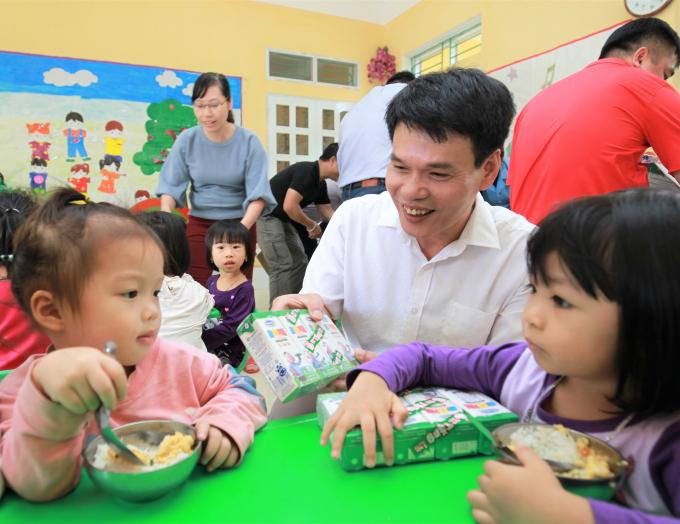 Ông Phạm Tuyên - Giám đốc Kinh doanh miền Bắc Công ty Cổ phần Sữa Việt Nam trao sữa cho các em nhỏ Trường mầm non Hoa Phượng, phường Cầu Thia, tỉnh Yên Bái.