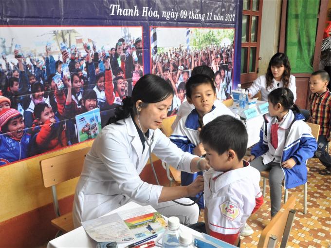 Bác sĩ từ Trung tâm Tư vấn Dinh dưỡng của Vinamilk tới khám sức khỏe và tư vấn tại Trường tiểu học Thống Nhất, tỉnh Thanh Hóa.