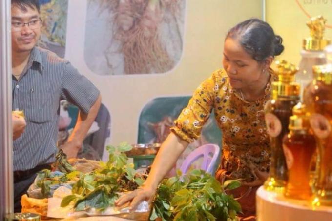 Du khách đến thamgia và mua sâm tại lễ hội sâm Ngọc Linh.