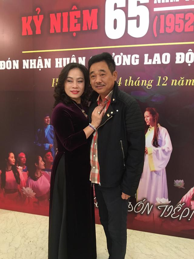 Nghệ sĩ Quốc Khánh và nghệ sĩ Thuý Phương trong lễ kỷ niệm 65 năm thành lập Nhà hát Kịch Việt Nam diễn ra sáng 14/12. Ảnh: Tùng Long.