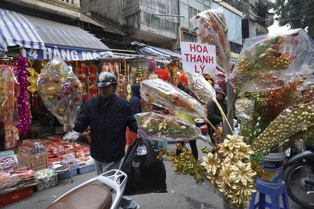 Các loại hoa giả cũng được bán thanh lí không khác gì những mặt hàng khác.