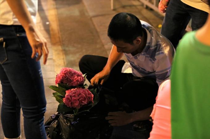 Người đàn ông này xin được hai chậu hoa rất đẹp, ông nói là sẽ mang về trồng trên sân thượng. Ảnh: Trường Sơn