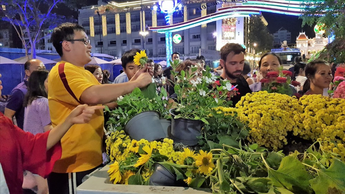 Những chậu hoa còn đẹp được người dân xin lại từ các công nhân để mang về nhà chăm sóc. Ảnh: Trường Sơn