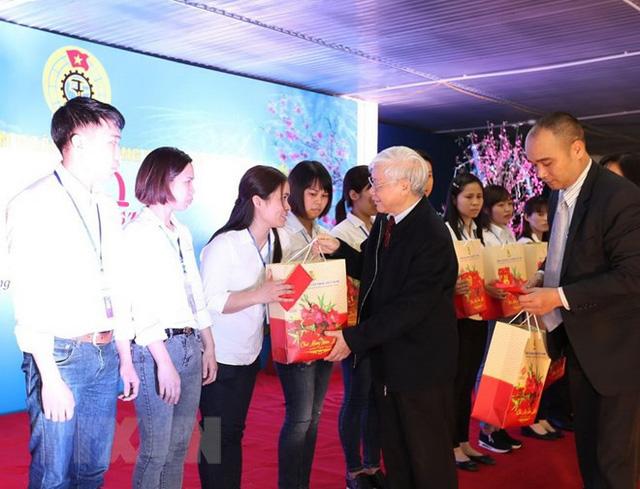 Tổng Bí thư Nguyễn Phú Trọng tặng quà Tết cho công nhân tiêu biểu của Công ty cổ phần may Hưng Long II. (Ảnh: Trí Dũng/TTXVN)