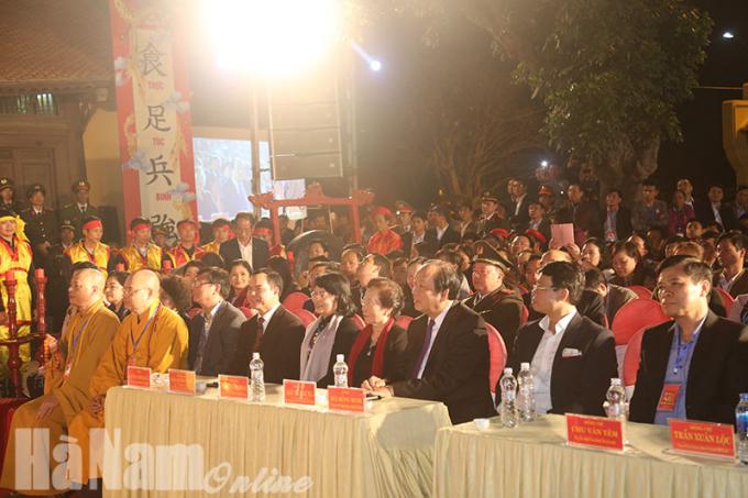 Lãnh đạo Đảng, Nhà nước và địa phương dự lễ phát lương đền Trần Thương năm 2018.