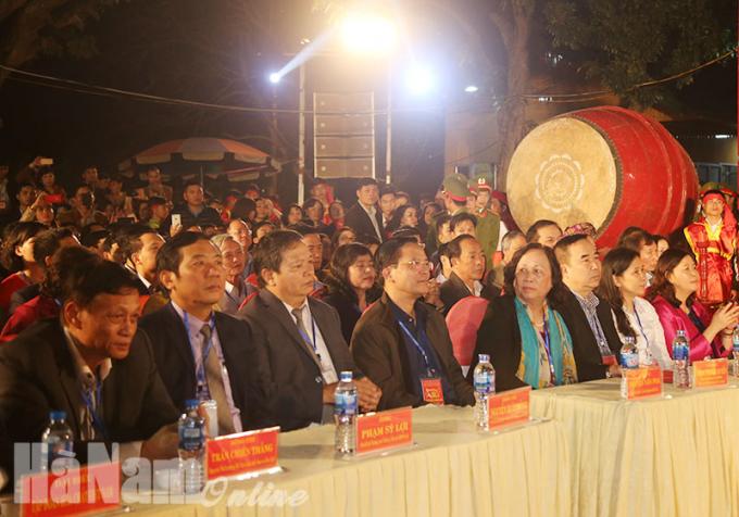 Các đại biểu dự lễ phát lương.