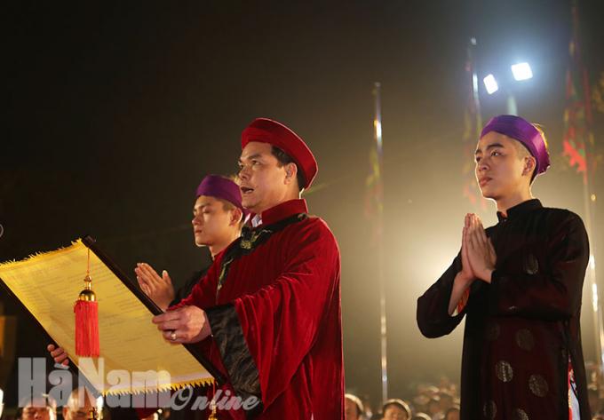 Bí thư Tỉnh ủy Hà Nam Nguyễn Đình Khang đọc tấu văn trình tại lễ hội.