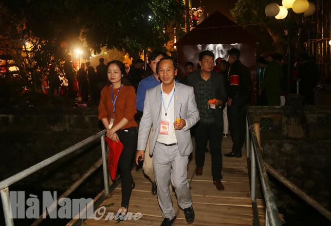 Theo Ban Tổ chức cho biết, lễ hội đền Trần Thương năm 2018đã thu hút hàng vạn du khách trong và ngoài tỉnh về tham dự.