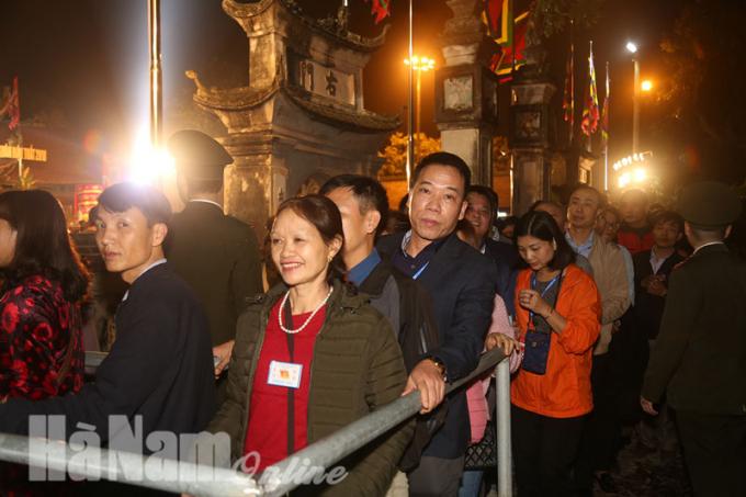 Rất đông người dân về tham dự lễ hội.