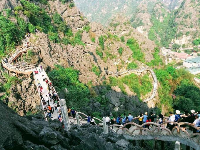Không chỉ xuyên qua di sản hỗn hợp danh thắng Tràng An, cây cầu còn xuyên qua không gian của rừng đặc dụng.