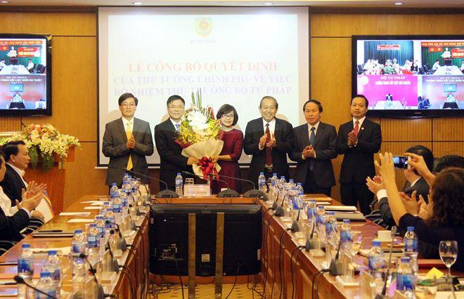 Lãnh đạo Bộ Tư pháp chúc mừng tân Thứ trưởng Đặng Hoàng Oanh.