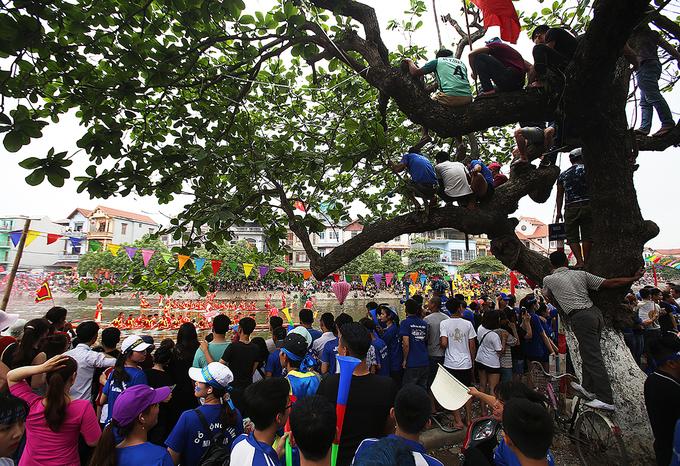 Khán giả đứng, ngồi đông đúc hai bên bờ sông Pheo khoảng 2km để theo dõi cuộc đua.