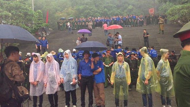 Lực lượng an ninh và sinh viên tình nguyện kết thành hàng rào mềmđảm bảo an ninh phục vụ lịch trình lễ hội.