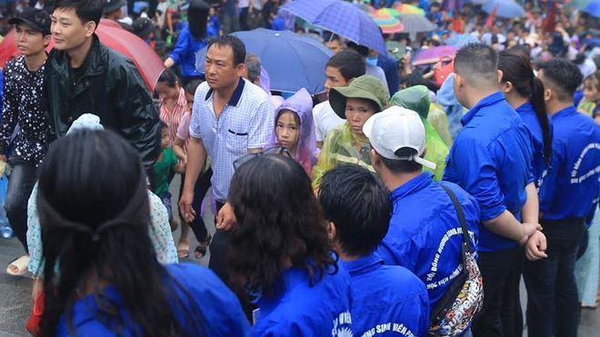 Đến giờ vào lễ, du khách được lực lượng an ninh và sinh viên tình nguyện tận tâm hướng dẫn để di chuyển an toàn