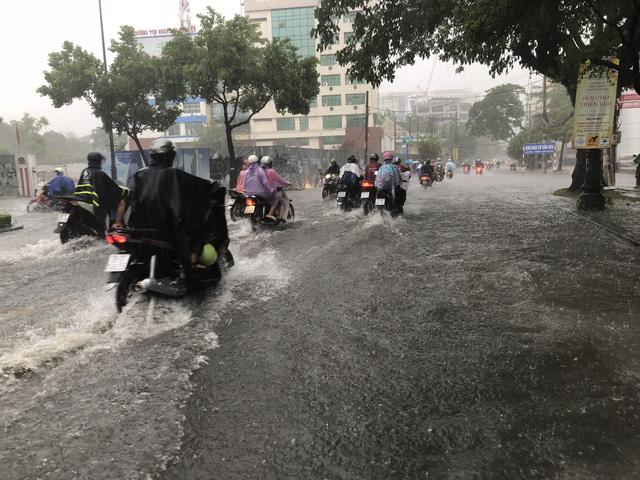 TP HCM: Cửa ngõ sân bay Tân Sơn Nhất rối loạn do ngập nước kết hợp với kẹt xe