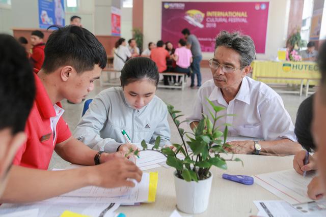 Thí sinh và phụ huynh đăng ký hồ sở xét tuyển bằng học bạ lớp 12 tại trường ĐH Công nghệ TPHCM.
