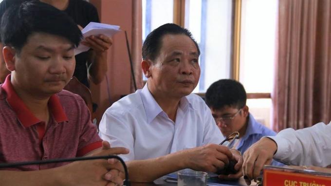 Ông Vũ Văn Sử, Giám đốc Sở GD-ĐT tỉnh Hà Giang (áo trắng) tại họp báo công bố kết quả rà soát bất thường điểm thi THPT quốc gia năm 2018. Ảnh: Vietnamnet