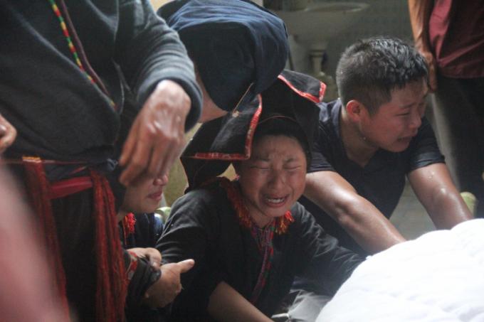 Các con ông Đặng Phúc Tài, Phó bí thư Đảng ủy xã Nậm Mười khóc than bên thi thể cha.