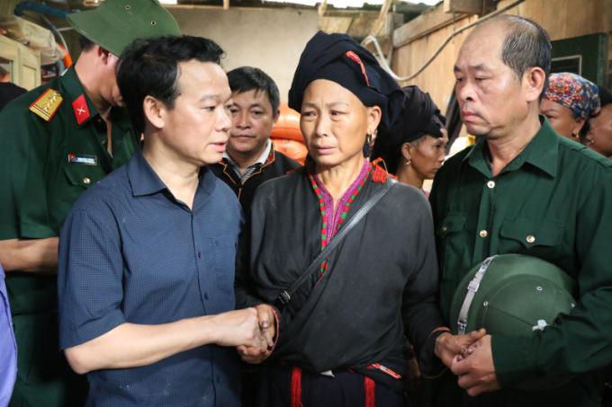 Ông Đỗ Đức Duy, Chủ tịch UBND tỉnh Yên Bái thăm hỏi, động viên gia đình ông Đặng Phúc Tài.