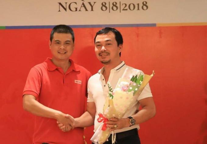 Anh Đặng Trung Cường, GĐ Công ty TNHH Truyền thông Reporter VN tặng hoa cảm ơn anh Nguyễn Văn Tuấn đại diện công ty Phú Hồng Thịnh và công ty Tùng Dương đã tài trợ 100 triệu đồng cho Dự án Thư viện Sách.