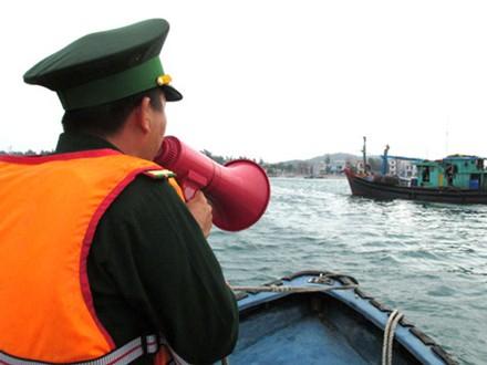 Cán bộ biên phòng kêu gọi tàu thuyền vào tránh bão.