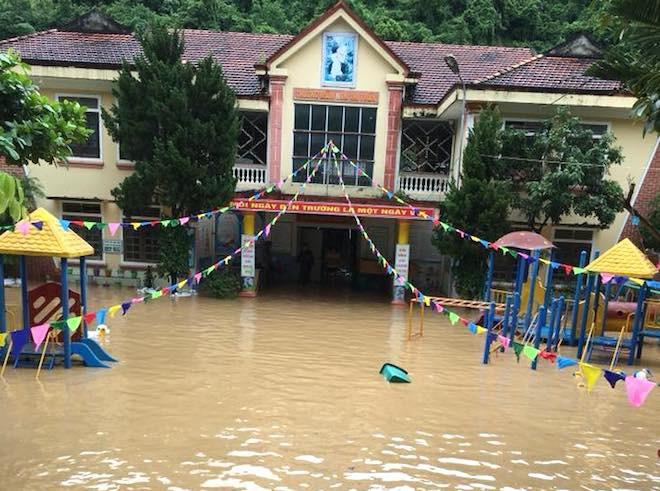 Trường mầm non ở huyện Kỳ Sơn bị ngập sâu trong nước.