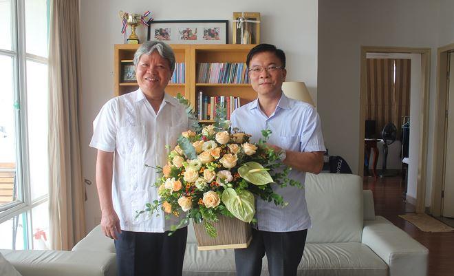 Bộ trưởng Lê Thành Long thăm hỏi và chúc sức khỏe nguyên Bộ trưởng Hà Hùng Cường.
