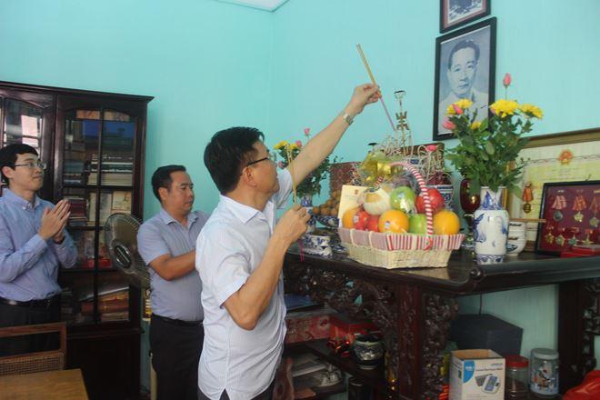 Bộ trưởng Lê Thành Long thắp hương tưởng nhớ cố Bộ trưởng Phan Hiền.