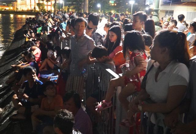 TP HCM: Hàng nghìn người dân reo hò, chen chân xem bắn pháo hoa