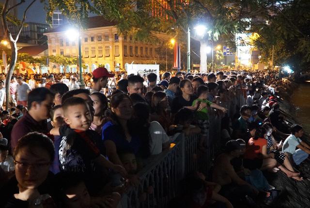 Mọi ánh mắt đều đổ dồn về bầu trời Sài Gòn phía quận 2.