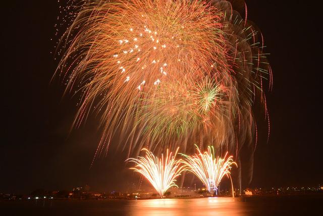 Màn pháo hoa rực rỡ khoe sắc trên bầu trời Sài Gòn