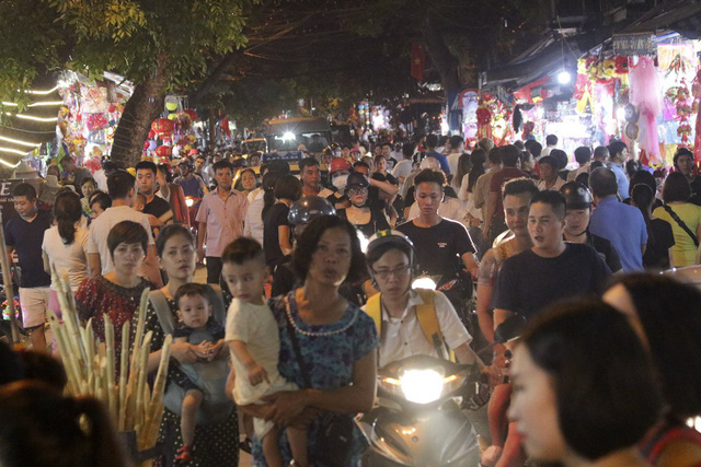 Phố Hàng Mã - trung tâm của khu chợ Trung thu phố cổ - bắt đầu nhộn nhịp. Rất động người dân Thủ đô đã tới đây tham quan trong tối 1/9.
