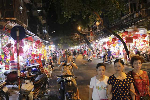 Chợ Trung thu phố cổ Hà Nội hút khách dịp nghỉ lễ 2/9